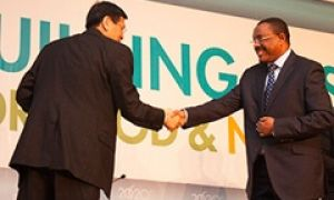 IFPRI's Shenggen Fan greets H.E. Hailemariam Dessalegn, Prime Minister of Ethiopia, before both deliver opening remarks.